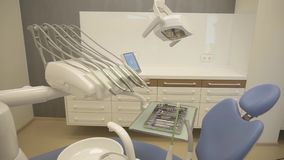 Close-up das ferramentas no armário do dentista Instrumentos de aço inoxidável na bandeja do metal, na máquina da rebarba, na lâm vídeos de arquivo