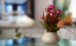 Close up das flores em um vaso na exposição imagens de stock