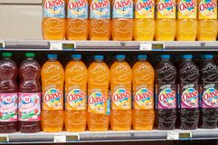 Close up das garrafas do tipo dos oásis, o suco de laranja francês no supermercado super de U Imagens de Stock Royalty Free