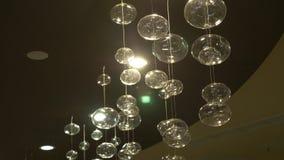 Close-up das lâmpadas Fundo moderno de cristal do detalhe do candelabro Lâmpadas de suspensão sob a forma das bolhas com um pisca video estoque