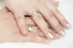 Close-up das mãos caucasianos com alianças de casamento Imagens de Stock