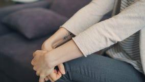 Close-up das mãos da jovem mulher ansiosa que movem-se durante a sessão com terapeuta vídeos de arquivo