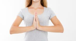 Close-up das mãos da mulher bonita, menina no t-shirt, meditando dentro, foco nos braços no gesto de Namaste Medicina asiática fotos de stock royalty free
