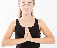 Close-up das mãos da mulher bonita, menina no t-shirt, meditando dentro, foco nos braços no gesto de Namaste Medicina asiática imagem de stock