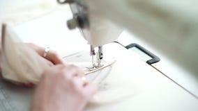 Close up das mãos da mulher com partes do ponto do tratamento de mãos de tela na máquina de costura vídeos de arquivo