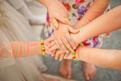 Close up das mãos das crianças unidas pintado Fotografia de Stock Royalty Free