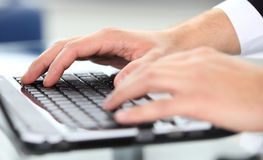 Close-up das mãos de dactilografia Imagem de Stock Royalty Free