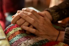 Close up das mãos de uma jovem mulher, mãos que descansam em seu regaço Foto de Stock Royalty Free