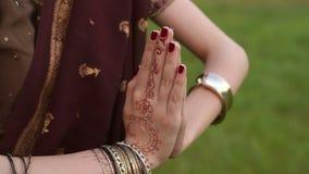 Close-up das mãos de uma menina indiana com mehendi filme