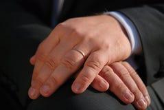Close up das mãos do homem da elegância com aliança de casamento Fotos de Stock