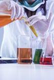 Close up das mãos do técnico de laboratório fêmea Dealing With Flasks imagens de stock royalty free