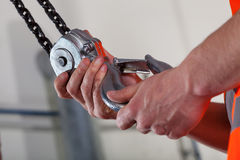 Close-up das mãos e do gancho de levantamento masculinos Fotografia de Stock Royalty Free