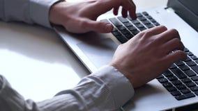 Close-up das mãos e do teclado Caixeiro que trabalha no portátil filme
