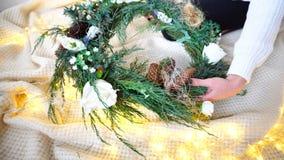 Close-up das mãos fêmeas grandes que decora acessórios para o de Fotos de Stock