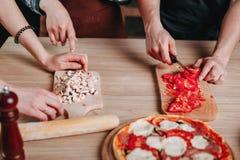 Close-up das mãos humanas que cozinham na cozinha, cortando ingredientes imagem de stock royalty free