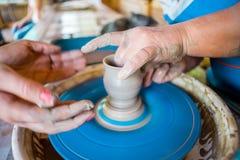 Close-up das mãos masculinas do oleiro Imagem de Stock Royalty Free