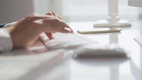 Close-up das mãos masculinas que datilografam no teclado de computador video estoque