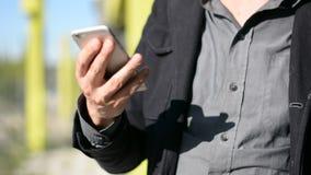 Close-up das mãos masculinas que datilografam no telefone celular video estoque