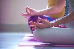 Close up das mãos das mulheres na ioga da prática do gesto do mudra interna Fotografia de Stock Royalty Free