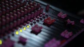 Close-up das mãos no DJ remoto filme