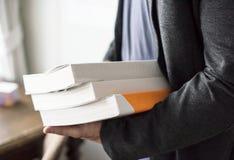 Close up das mãos que guardam a pilha de livros Fotografia de Stock Royalty Free