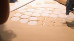 Close-up das mãos que preparam a massa para bolinhas de massa O processo de produção de bolinhas de massa filme