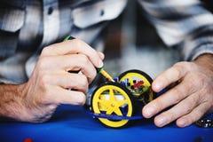 Close up das mãos que trabalham nas rodas do robô Imagem de Stock