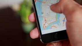 Close-up das mãos usando Google Maps no telefone esperto vídeos de arquivo