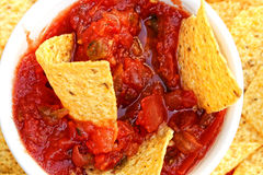Close-up das microplaquetas e da salsa Foto de Stock Royalty Free