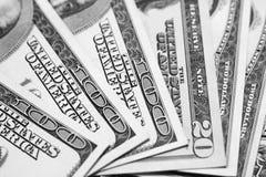 Close up das notas de dólar dos E.U./foto preto e branco Foto de Stock