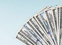 Close up das notas de dólar em um fundo azul Imagem de Stock Royalty Free
