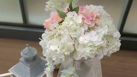 Close-up das orquídeas brancas na decoração do casamento Arco do casamento com flores brancas filme