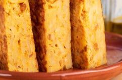Close-up das parcelas de omeleta espanhola caseiro da batata com ingredientes naturais imagem de stock