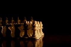 Close up das partes de xadrez na placa Fotografia de Stock