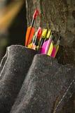 Close up das setas coloridas dos arqueiros que inclinam-se na árvore Imagem de Stock