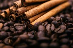 Close up das varas do café e de canela Imagem de Stock