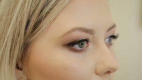 Close-up dat van vrouwen blauw oog wordt geschoten met lichte dagsamenstelling stock footage