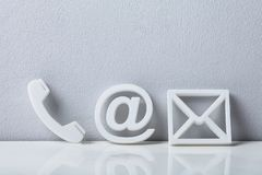Close-up de ícones de um telefone, do email e do cargo foto de stock