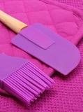 Close up de acessórios roxos da cozinha do silicone Fotografia de Stock Royalty Free