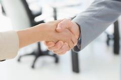 Close up de agitar as mãos após a reunião de negócios fotografia de stock