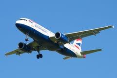 Close up de Airbus A320-232 G-EUUJ British Airways do voo Fotografia de Stock Royalty Free