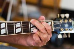 Close-up de alguém que joga a guitarra Imagem de Stock