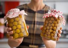 Close up de ameixas e de groselhas amarelas nos frascos de vidro Imagens de Stock