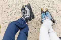 Close up de amigos dos povos com patins de rolo fotografia de stock royalty free