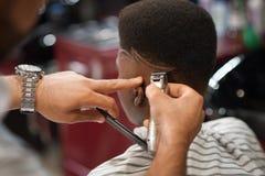 Close up de aparar listras na cabeça masculina na barbearia fotografia de stock