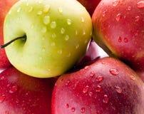 Close up de appless vermelho e verde da água Imagem de Stock Royalty Free