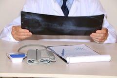 Close-up - de arts kijkt x-ray stock foto