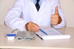 Close-up - de arts schrijft de patiënt voor stock afbeelding