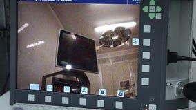 Close-up De arts toont een innovatief urologisch apparaat aan stock videobeelden