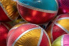 Close-up de balões brilhantes coloridos com listras brancas e de áreas coloridas em um recinto de diversão fotos de stock royalty free